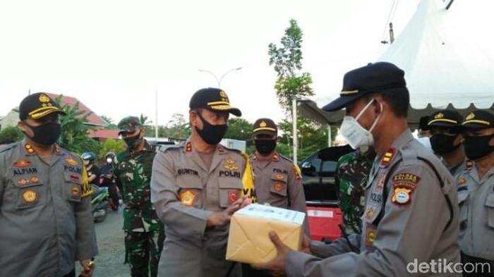 Kapolda Sulsel berikan bantuan APD pada petugas