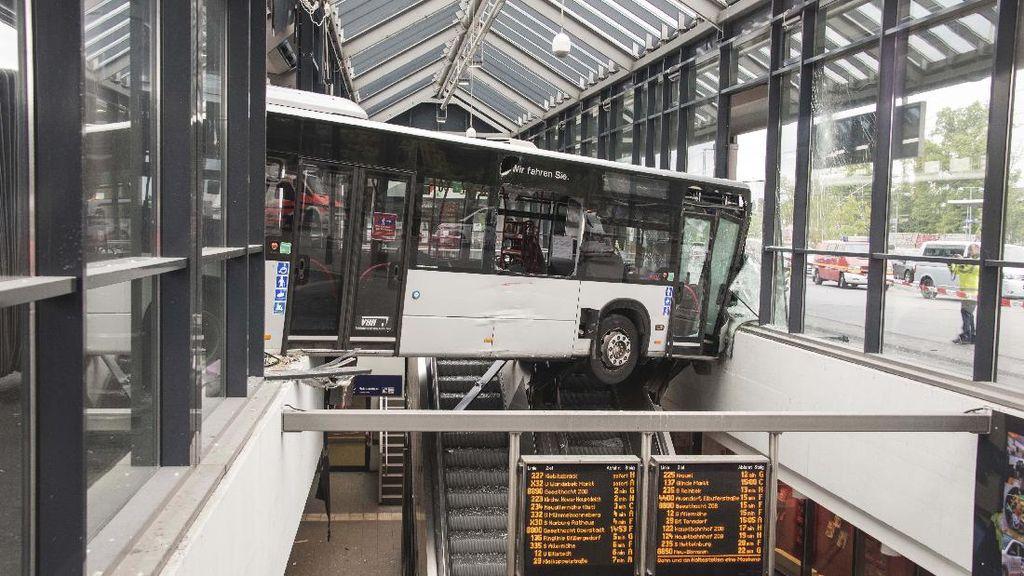 Waduh! Ada Bus Nyangkut di Eskalator