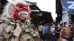 Pakai Topeng Celuluk, Polisi Ingatkan Warga untuk Bermasker