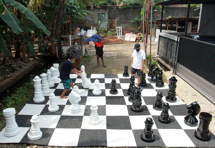 Warga bermain catur raksasa di Pondok Betung, Tangerang Selatan, Banten, Kamis (14/5/2020). Hal itu guna mengisi kegiatan jelang berbuka puasa sekaligus berolahraga di tengah pandemi COVID-19. ANTARA FOTO/Muhammad Iqbal/aww.