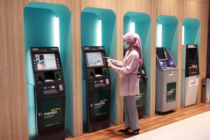 Nasabah Mandiri Syariah tengah tarik tunai tanpa kartu di ATM Mandiri Syariah di Jakarta. Foto: Istimewa.