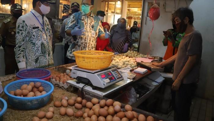 Wali Kota Jaksel Marullah Matali sidak ke pasar tradisional cek harga bahan pokok jelang lebaran.