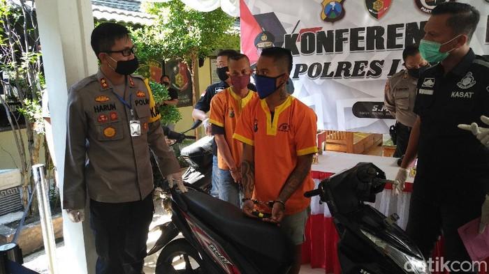 Dua pelaku curanmor ditangkap di Lamongan. Dua nelayan ini memanfaatkan waktu luangnya dengan mencuri motor sejak 2016.