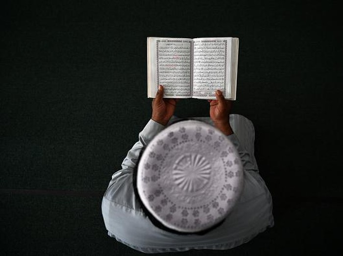 Saat Umat Muslim Dunia Berlomba Raih Lailatul Qadar  Di bulan Suci Ramadhan, ada satu malam yang selalu ditunggu-tunggu kehadirannya oleh umat Muslim di seluruh dunia. Lailatul Qadar. Malam yang biasa disebut malam seribu bulan itu jatuh pada 10 malam terakhir bulan Ramadhan.