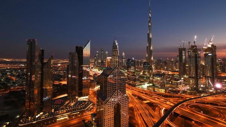 Dubai merupakan kawasan yang memiliki peradaban modern. Gemerlap kota Dubai di kala malam pun membuat kota ini jadi salah satu kota tak pernah tidur di dunia.