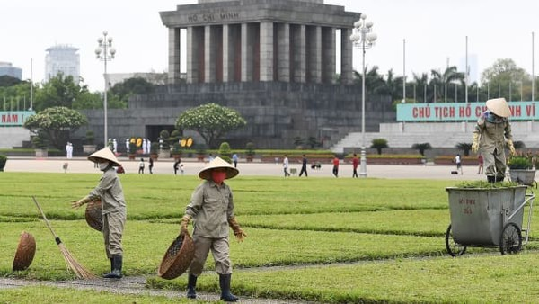 Hanoi di minggu ini membuka kembali tempat-tempat bersejarahnya bagi para pengunjung. Beberapa pembatasan tetap berlaku di Kota Ho Chi Minh. Tapi ada pencabutan larangan terhadap fasilitas hiburan tertentu dan bisnis yang tidak penting, seperti pub, bioskop, dan spa