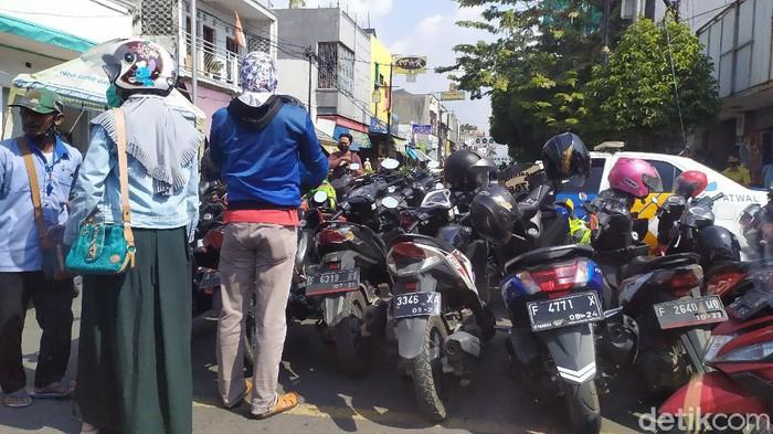 Jalan protokol ditutup, warga berkerumun seperti kegiatan car free day