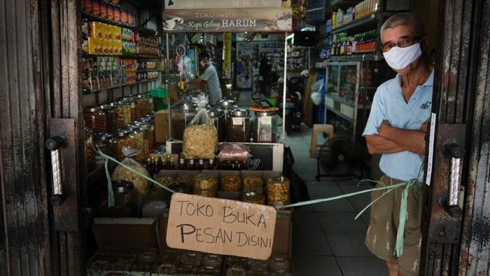 Indonesia melonggarkan beberapa kebijakan di masa pandemi Corona seperti membuka kembali moda transportasi. Meski begitu, kaum buruh dan pedagang tetap bekerja keras.