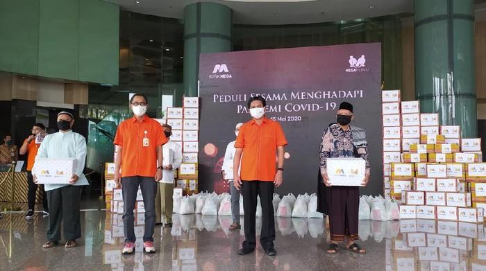 CT Corp bersama Bank Mega menyalurkan 16.000 bantuan sembako.
