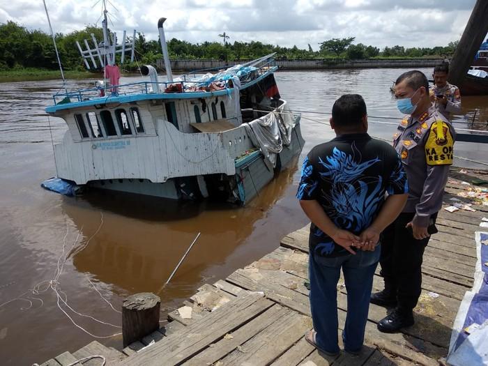 Kapal pengangkut sembako karam di Pekanbaru (Chaidir-detikcom)