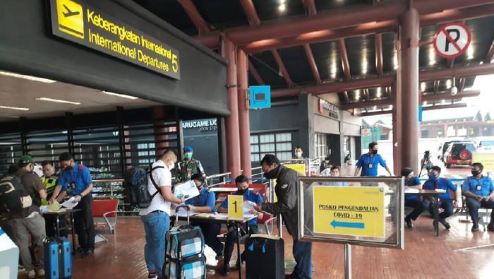 Suasana aktivitas penumpang di Bandara Soetta pada Jumat, 15 Mei 2020 pagi