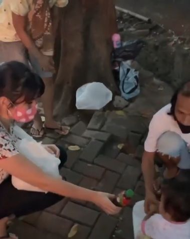 angela lee bagi makanan