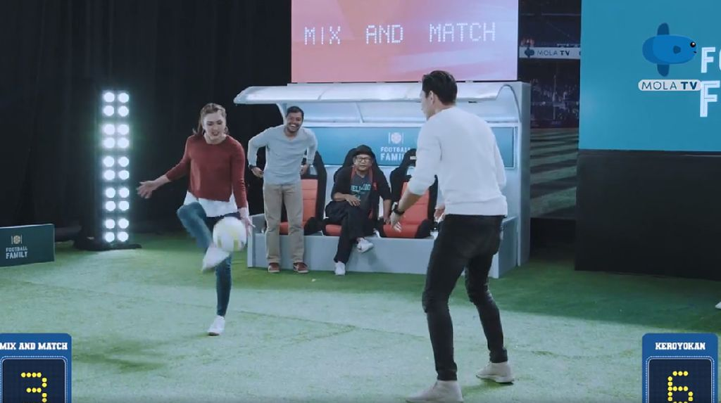 Aksi Darius Sinathrya dan Donna Agnesia Saat Ditantang Juggling Bola