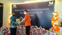 Bank Mega Surabaya Salurkan Bingkisan Sembako ke Warga Terdampak Corona
