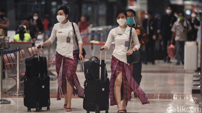 Kemenhub membuka kembali layanan penerbangan domestik di Bandara Soekarno Hatta. Awak kabin pun kembali sibuk melayani penerbangan terbatas untuk rute domestik.