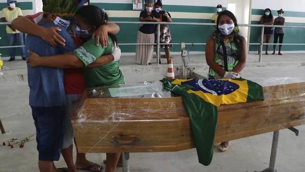 Kepala suku berusia 53 tahun itu meninggal akibat infeksi virus Corona.