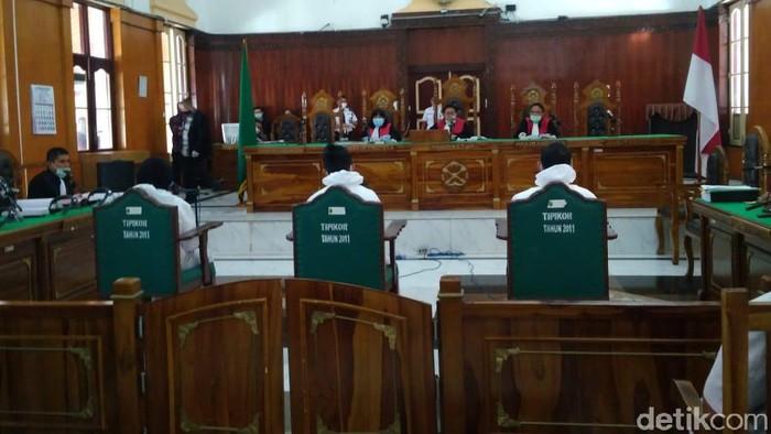 3 terdakwa kasus pembunuhan Hakim Jamaluddin pakai APD.