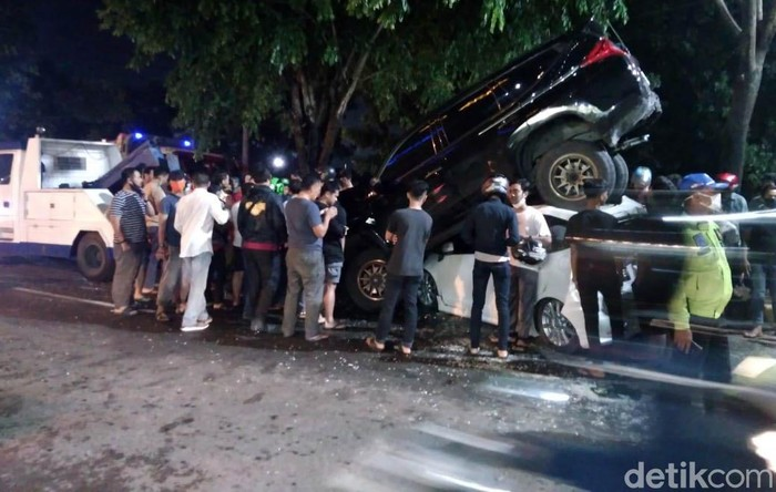 Kecelakaan beruntun terjadi di Jalan Ring Road, Medan, Kamis (14/5/2020). Ada dua mobil yang terlihat saling timpa dalam kecelakaan tersebut.