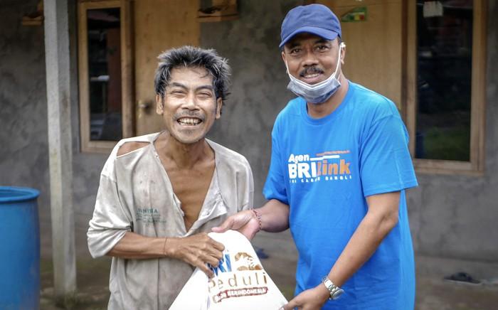 Bank BRI terus menyalurkan bantuan paket sembako kepada warga yang terdampak COVID-19. Sedikitnya 100 ribu paket sembako langsung disalurkan lewat agen BRILink yang tersebar hingga pelosok desa.