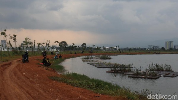 Danau yang berada di sekitar masjid semakin membuat suasana.