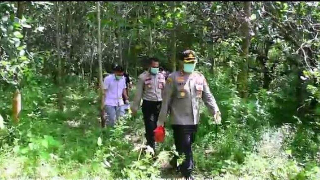 Polisi di Sinjai Sulsel Jalan Kaki Masuk Hutan-Bukit Beri Bantuan ke Warga