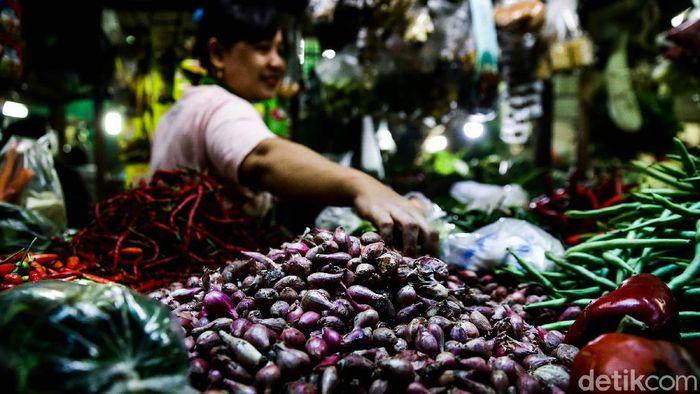 Harga sejumlah bahan kebutuhan pokok seperti bawang merah, gula hingga daging ayam terus merangkak naik dejak awal Ramadhan.