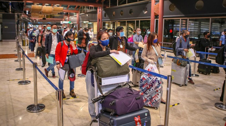 Calon penumpang antre sebelum pemberangkatan di Terminal 2 Bandara Soekarno Hatta, Tangerang, Banten, Jumat (15/5/2020). Sebanyak 1486 penumpang berizin dengan 23 penerbangan diterbangkan dari Bandara Soekarno Hatta dengan dokumen syarat terbang dan surat keterangan bebas COVID-19. ANTARA FOTO/Fauzan/pras.