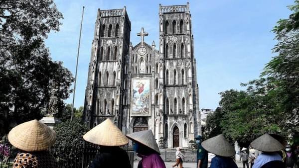 Pemerintah Vietnam telah mengakhiri 22 hari aturan jaga jarak setelah seminggu tanpa kasus baru infeksi virus Corona. Beberapa pusat bisnis pun dibuka kembali tanggal 23 April lalu