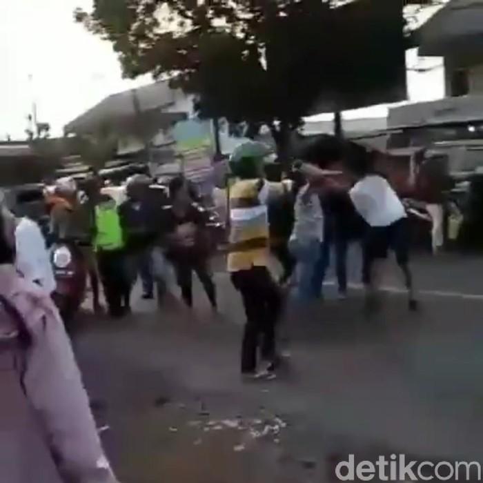 Video anggota TNI dihajar empat remaja diduga mabuk viral di media sosial. Pengeroyokan itu terjadi di Jalan Raya Gending, Desa Pajurangan, Kecamatan Gending, Kabupaten Probolinggo.