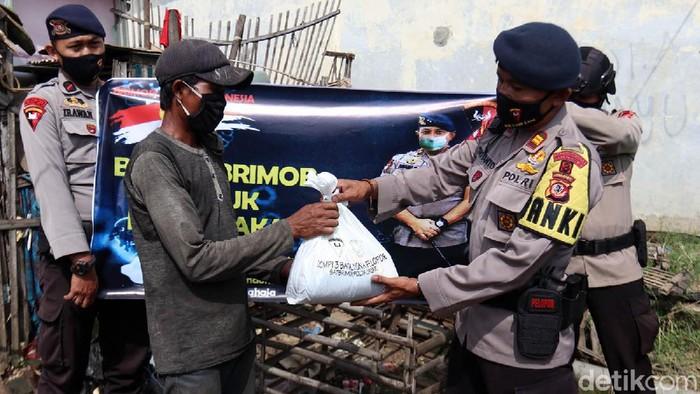 Brimob Polda Jabar menyalurkan puluhan sembako kepada warga Kecamatan Paseh, Kabupaten Bandung yang terdampak COVID-19.
