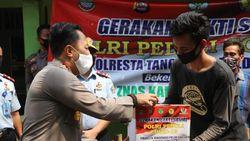 Polisi Bagikan Paket Sembako ke Napi Asimilasi di Kabupaten Tangerang