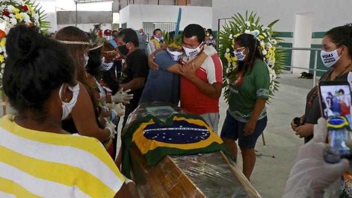 Kepala suku Kokama di kawasan Amazon, Brasil, yakni Messias Kokama meninggal dunia akibat infeksi virus Corona (COVID-19).