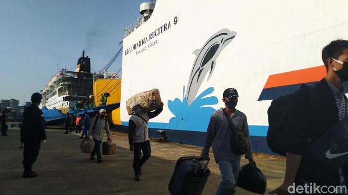 181 TKI yang pulang dari Malaysia tiba di Pelabuhan Tanjung Emas Semarang. Mereka sudah mengantongi izin, surat keterangan serta melalui protokol medis.