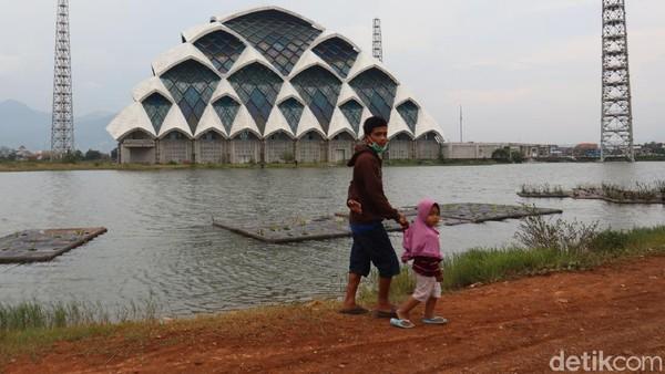 Pantauan detikTravel, Jumat (15/5/2020) sejumlah warga nongkrong di kawasan masjid milik Pemprov Jabar itu.