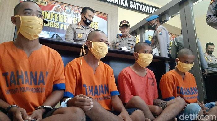 Anggota TNI dikeroyok sejumlah pria mabuk di Kabupaten Probolinggo. Pengeroyokan terjadi usai mereka pesta miras.