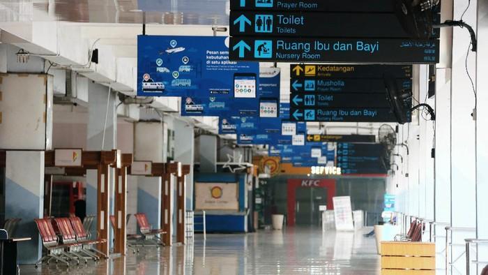 Penerbang domestik selain mudik dibuka kembali bagi penumpang bersyarat. Meski dibuka lagi, suasana di Bandara Halim Perdanakusuma terpantau sepi pagi ini.