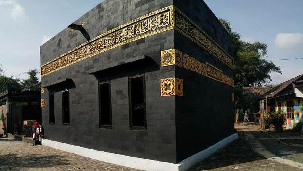 Melihat Masjid Berbentuk Kabah di Kampung Warna-warni Magelang