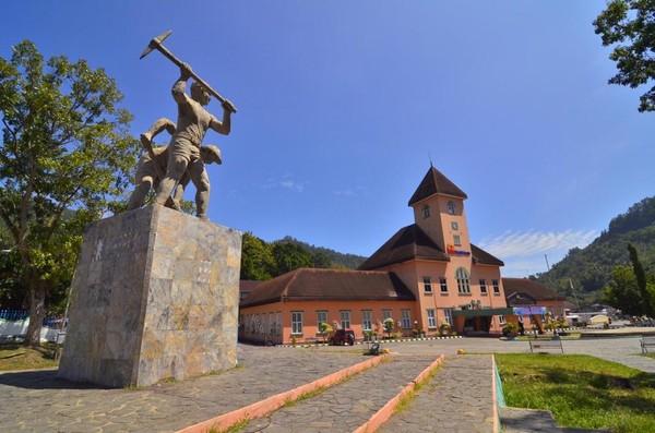 Tambang Batubara Ombilin di Sawahlunto, Sumatera Barat, merupakan tempat saksi bisu atas nilai-nilai kebudayaan yang menggambarkan sejarah kemanusiaan. Tempat wisata Indonesia yang diakui UNESCO pada 2019.Ini adalah satu-satunya tambang batubara bawah tanah tertua di Asia Tenggara dengan arsitektur bangunan luar biasa. (Kemenpar)