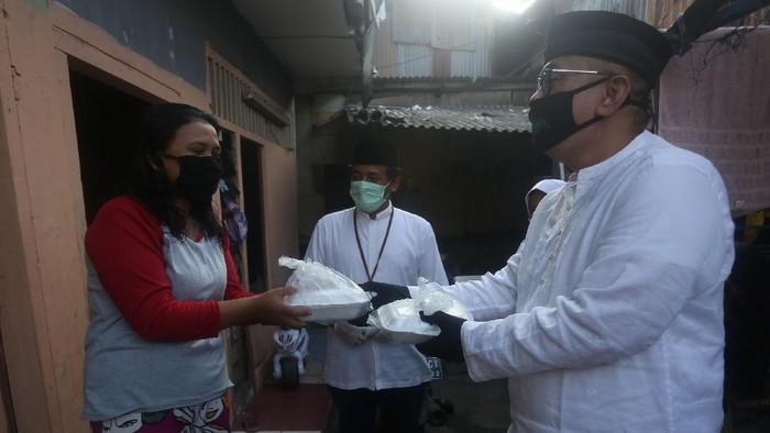 Bank Mega Syariah sebagai bagian dari CT Corp ikut serta membantu melawan pandemi COVID-19 di Indonesia dengan memberikan 100.000 paket makanan kepada masyarakat.