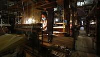 Pekerja bermasker saat memulai pekerjaan di pabrik tekstil tradisional di Venesia, Italia. Meskipun Italia tidak pernah secara resmi menutup perbatasannya, dan mengizinkan orang untuk bolak-balik karena alasan pekerjaan atau kesehatan, namun negara itu melarang pergerakan untuk pariwisata dan memberlakukan periode isolasi dua minggu untuk para pendatang bar