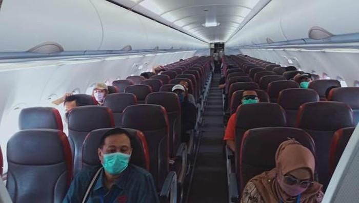Penampakan physical distancing di dalam pesawat