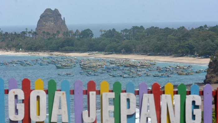 Perahu nelayan ditambatkan di Pantai Pasir Putih Malikan (Papuma), Wuluhan, Jember, Jawa Timur, Sabtu (16/5/2020). Pantai Papuma, salah satu pantai yang menjadi ikon Kabupaten Jember, kini ditutup untuk umum di masa pandemi COVID-19. ANTARA FOTO/Seno/wsj.