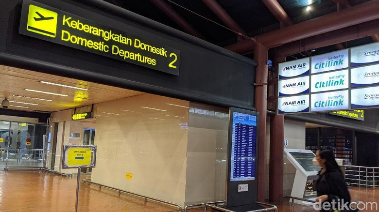 Suasana sepi dan kosong terlihat di terminal 2 Bandara Soekarno Hatta, Jumat (15/5/2020).