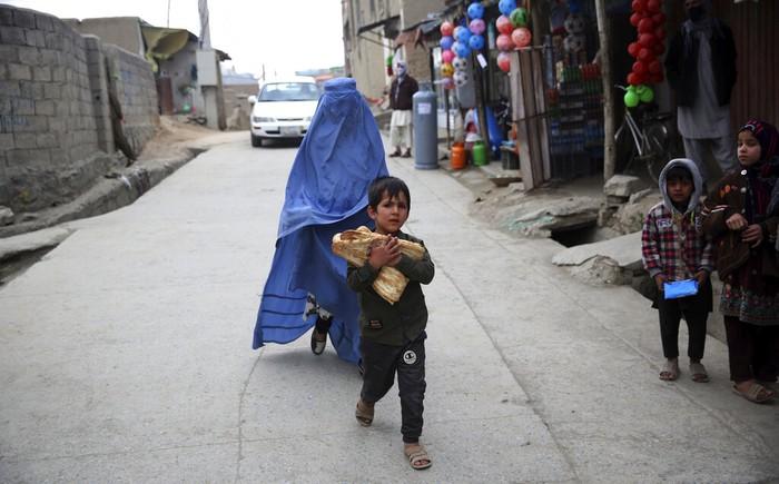 Meski sudah tidak diwajibkan pemerintah, pemakaian burqa masih dilakukan oleh perempuan di Kota Kabul, Afghanistan. Salah satu alasannya karena keyakinan dan keamanan. Bagaimana mereka melewati Ramadan dan pandemi Corona saat ini ?