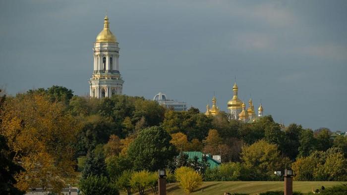 Pengunjung menikmati suasana gereja Kristen Ortodoks di Kiev, Ukraina (3/10/2019). Jika tidak ada tanda salib di bagian puncak kubah, bangunan ini sulit ditengarai sebagai tempat ibadah umat Kristiani bukan ?