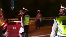 Polisi Ciduk Bus Penuh Penumpang di Tol Cikarang Barat