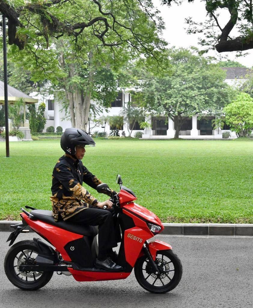 Jokowi Jajal Motor Listrik Gesits di Istana Negara.