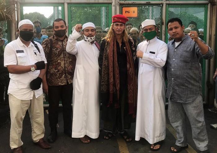 Habib Bahar bin Smith bebas usai menjalani setengah masa pidana atas kasus penganiayaan. Bahar keluar Lapas Pondok Rajeg dengan memakai baret merah bintang 5.
