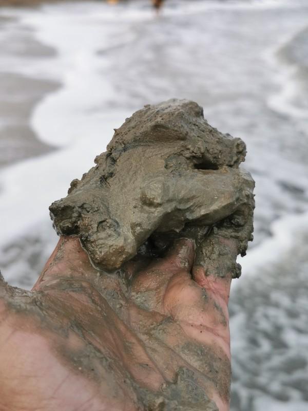 Kandungan mineral lumpur Laut Mati terbukti dapat mempercantik kulit. Tidak hanya untuk kecantikan saja, kandungan garam mineralnya juga banyak dimanfaatkan untuk kesehatan seperti memperbaiki tekstur kulit serta memperlancar peredaran darah (Maria Karsia)