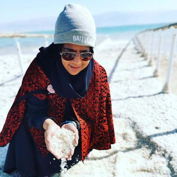 Ini di resort itu terletak di Ein Bokek, di selatan Israel menuju Mesir. Pantai Neve berpasir dan terdapat lumpur, tapi di Ein BokekAnda bisa bermain dengan butiran-butiran kristal garam bercampur pasir (Maria Karsia)